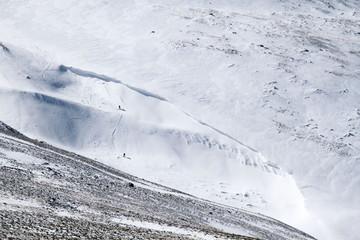Esquiadores descendiendo el monte Teleno, León.