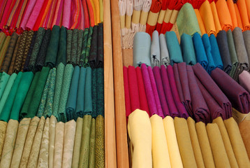 patchwork bundles in Holzschiebern nach Farben sortiert