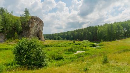 скала возле ручья