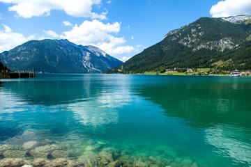 Kristallklarer Bergsee in den Alpen