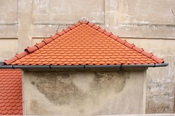 Mit roten Ziegeln bedecktes Giebeldach