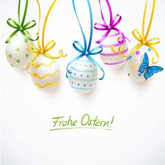Bunte Ostereier mit Schleifen und Schmetterling