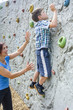 Junge an der Kletterwand