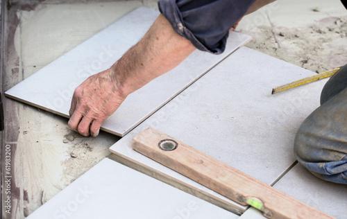 fliesenleger bei der arbeit von tbel lizenzfreies foto 61983200 auf. Black Bedroom Furniture Sets. Home Design Ideas