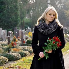 Frau trauert auf Friedhof