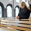 Frau beim Gebet in Kirche