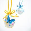 Hängende Ostereier mit Schleifen und Schmetterling
