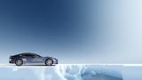 Britischer Sportwagen in arktischer Landschaft
