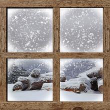 Winter im Freien zu sehen mit Brennholz Stapel von Holzfenster
