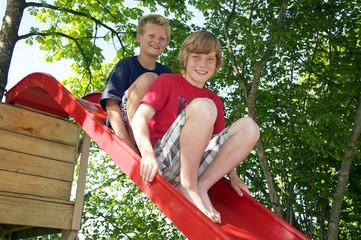 Zwei Jungen auf einer Rutsche
