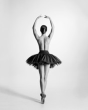 Czarny i biały ślad tancerz baletu topless