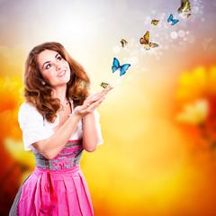junge Frau im Dirndl mit Schmetterlingen