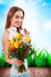 junge brünette Frau mit Blumenstrauß