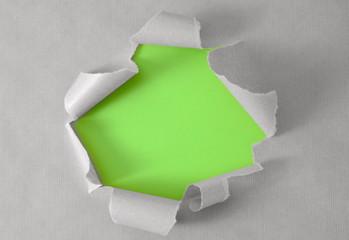 Loch im Packpapier