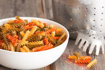 Multicoloured spinach and tomato fusilli pasta