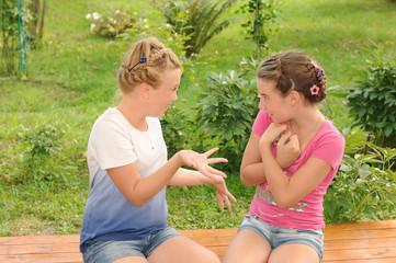 Две подружки разговаривают
