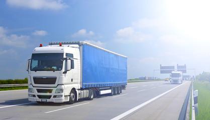 LKW auf Autobahn im Gegenlicht