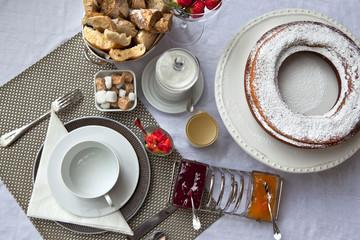 Petit déjeuner français sur une table