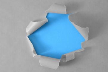 Loch im Packpapier Blau