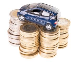 Auto und Euromünzen isoliert