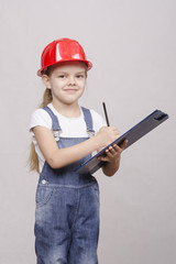 девочка инженер пишет в планшете
