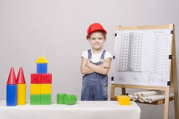 девочка строит домик из кубиков