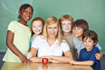 Lehrerin mit Gruppe ihrer Schüler in Schule