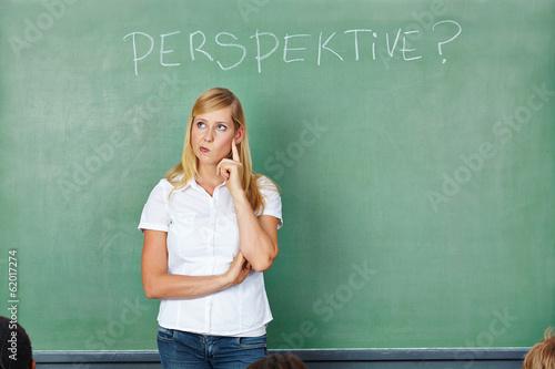 Frau in Schule denkt nach über Perspektiven