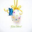 Buntes Osterei mit Schleife und Schmetterling