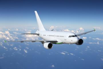Flugzeug auf Reisen über den Wolken