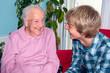 Enkel mit Großmutter