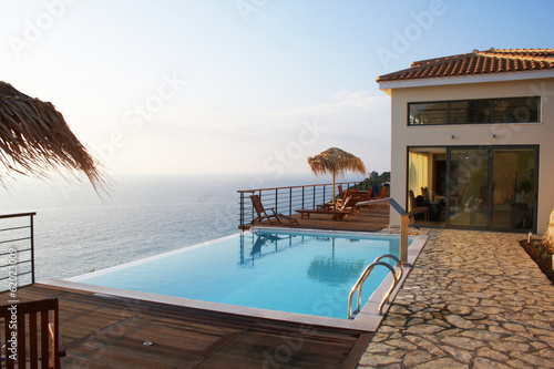 canvas print picture Villa am Meer mit Pool