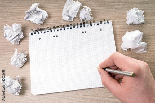 leerer Schreibblock mit Hand und Stift