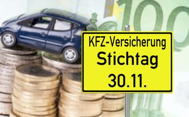 Auto mit Geld und Schild - KFZ Versicherung Stichtag