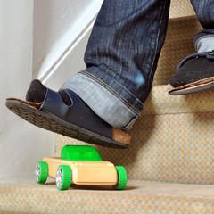 Stolperfalle Spielzeug-Auto auf Treppe