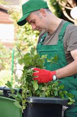 Gärtner befüllt Bio-Tonne