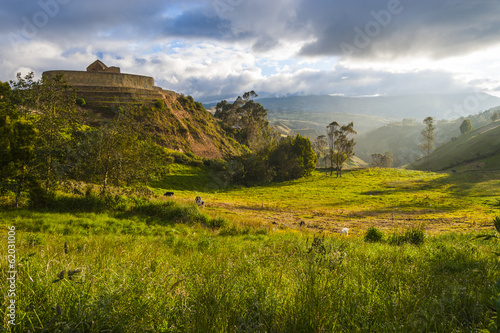 Papiers peints Ruine Ingapirca, wall and town, largest known Inca ruins in Ecuador