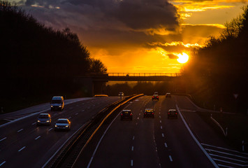 Sonnenuntergang auf Autobahn dreispurig Deutschland