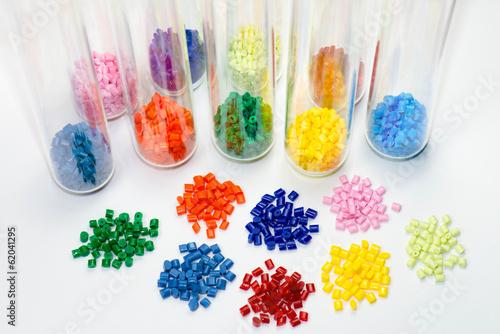 gefärbtes Kunststoffgranulat in Teströhrchen - 62041295
