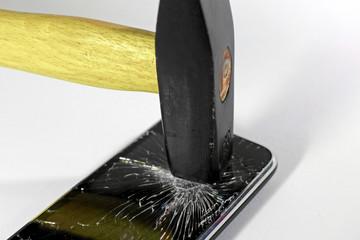 Hammer zerschlägt Smartphone