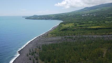 côte océan et montagnes vertes