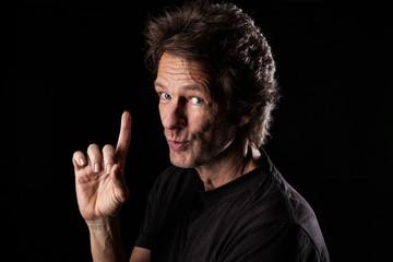 Portrait von Mann mit erhobenen Zeigefinger