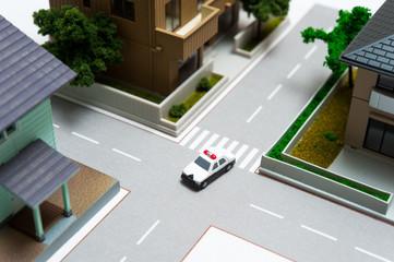 住宅地をパトロールする警察