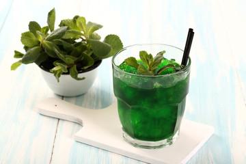 cocktail di menta con ghiaccio