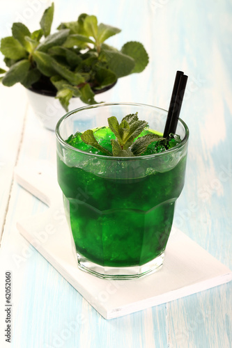 cocktail di menta con ghiaccio