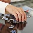 canvas print picture - Faltige alte Hand greift nach Puzzlestück