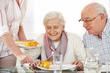 Leinwanddruck Bild - Senioren essen Lunch im Pflegeheim