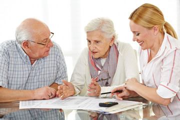 Paar Senioren diskutiert über Vertrag