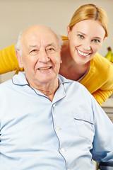 Frau und alter Mann lächeln
