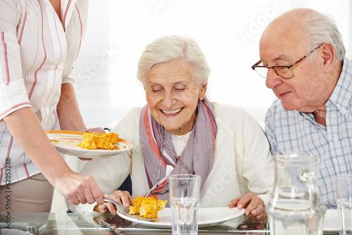 Leinwanddruck Bild Senioren essen Lunch im Pflegeheim